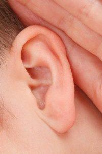 הצמדת אוזניים – האם זה יכול לפגוע בשמיעה?